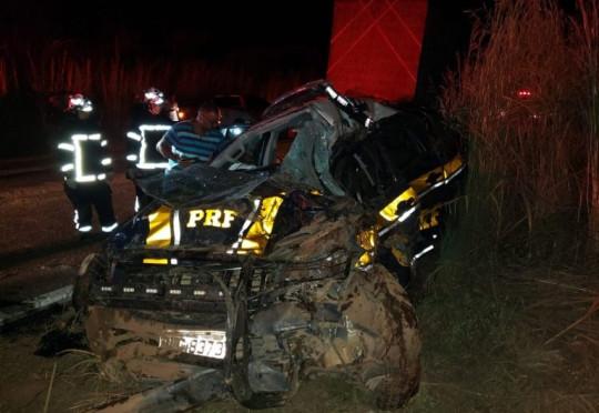 Batida envolvendo duas carretas e viatura da PRF deixa mortos e feridos em rodovia na Bahia
