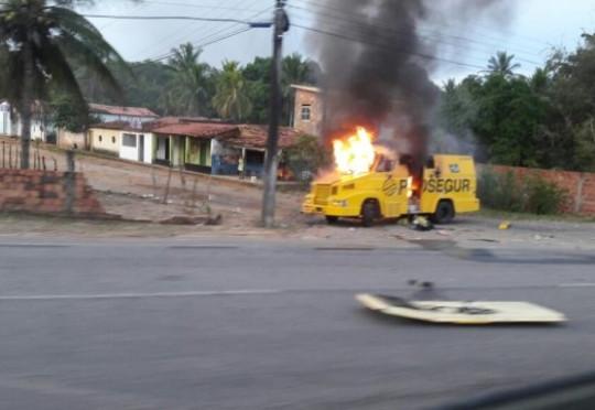 Carro-forte é explodido na BR-110, entre as cidades de Catu e Alagoinhas