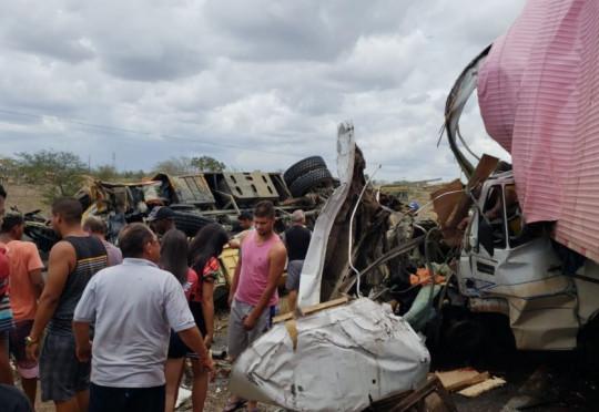 Acidente grave: ônibus escolar com fanfarra de Euclides da Cunha colide com carreta na BR-116